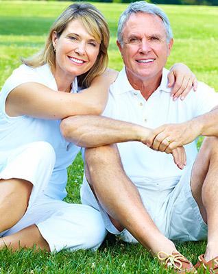 couple-happy-green-bg